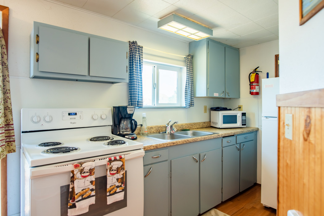 Cabin #18 – 2 Beds, Full Kitchen